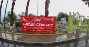 COLOCAN LONAS EN PARQUES Y PLAZAS ANUNCIANDO CIERRE (2)